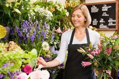 Продавец-флорист в магазине