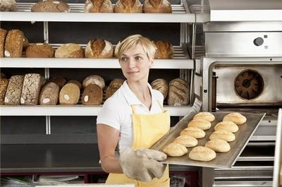 Персонал, выпекающий хлеб