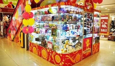 Ассортимент игрушек в магазине