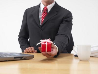 Материальный подарок сотруднику