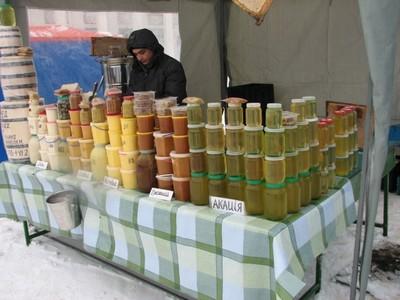 Продажа меда на одном из вариантов рынка сбыта