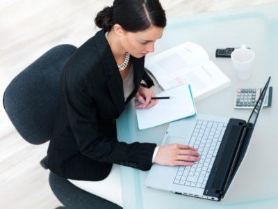 Как правильно оформить документацию на сотрудника при смене фамилии в связи со вступлением в брак?